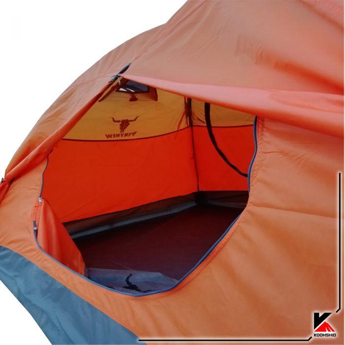 نمای داخلی چادر کوهنوردی کله گاوی دو نفره مدل C1001. دارای دو تیرک فایبر گلاس با وزن 2.5 کیلو گرم. رنگ نارنجی